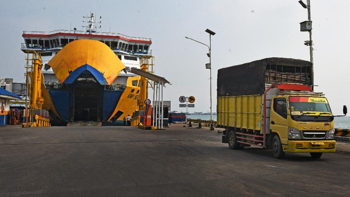 PPKM Darurat, Sopir Truk Bakal Divaksinasi di Pelabuhan hingga Rest Area